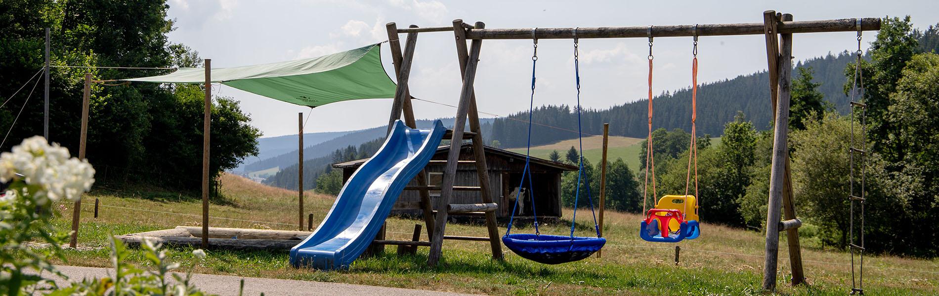 Spielplatz mit Sonnensegel überm Sandkasten, Rutsche, Schaukel (Nest- und Babyschaukel) Josenmuehle Jostal Schwarzwald